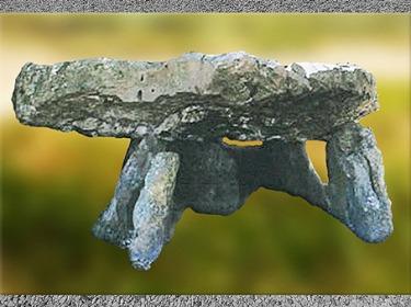 D'après un dolmen mégalithique, à grande pierre plate, France, néolithique. (Marsailly/Blogostelle)