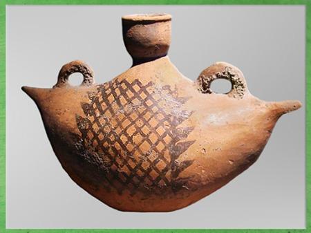 D'après un pichet, motif de nasse, terre cuite peinte, anses de préhension et de suspension, province du Shaanxi, culture de Yangshao, 5000- 2500 avjc, néolithique, Chine ancienne. (Marsailly/Blogostelle)