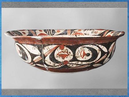 D'après un plat, céramique peinte, motif dérivé de l'oiseau, terre cuite blanche, pigments rouges et noirs, 3790-3070, culture de de Yangshao, Zhengzhou, néolithique, Chine ancienne. (Marsailly/Blogostelle)