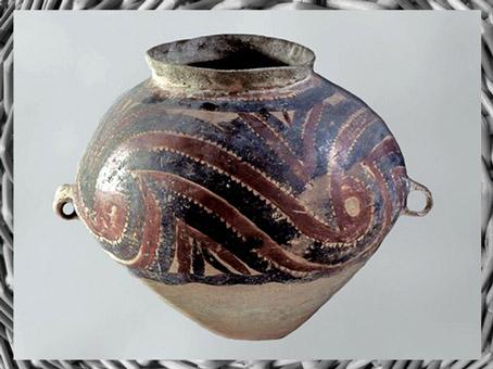 D'après une jarre, céramique peinte, motifs spiralés, culture de Majiayao, province du Gansu, vers 2800-2500 avjc, néolithique, Chine ancienne. (Marsailly/Blogostelle)
