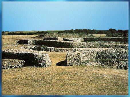 D'après les vestiges du village fortifié de Champ-Durand, avec ses enceintes en pierres, Nieul-sur-l'Autise, Vendée, France, néolithique. (Marsailly/Blogostelle)