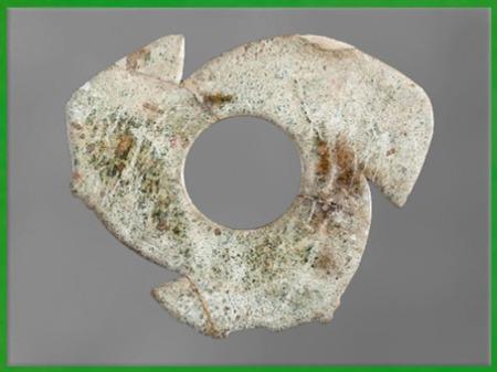 D'après un disque percé, jade, période Dawenkou, Longshan et Liangzhu, néolithique, Chine ancienne. (Marsailly/Blogostelle)