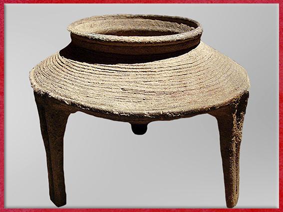 D'après un trépied, support de marmite, terre cuite, culture de Yangshao, 5000- 2500 avjc, Henan, néolithique, Chine ancienne. (Marsailly/Blogostelle)