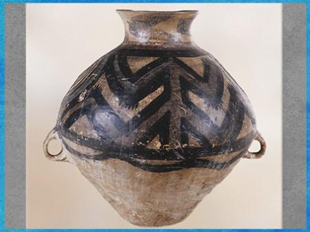D'après une jarre de stockage, motif de batracien, céramique peinte, culture de Yangshao, 5000- 2500 avjc, néolithique, Chine ancienne. (Marsailly/Blogostelle)