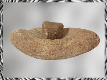 D'après une meule à grains en pierre, granit, Bretagne, France, néolithique. (Marsailly/Blogostelle)