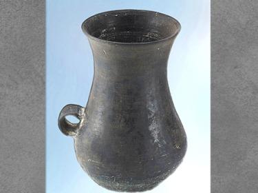D'après un gobelet à anse, céramique noire, culture de Longshan, 2500- 1800 avjc, Henan, néolithique, Chine ancienne. (Marsailly/Blogostelle)