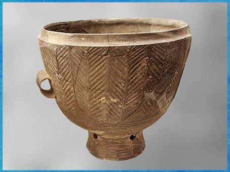 D'après un vase, céramique claire, motifs chevrons, culture de Longshan, 2400 -2000 avjc, Henan, néolithique, Chine ancienne. (Marsailly/Blogostelle)