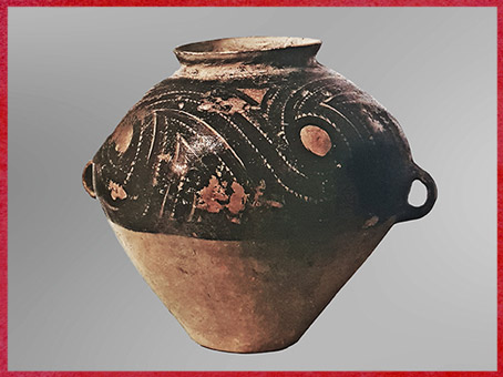 D'après une jarre funéraire, céramique peinte, lustré noir brillant, 2000-1500 avjc, Longshan, fin néolithique, Chine ancienne. (Marsailly/Blogostelle)