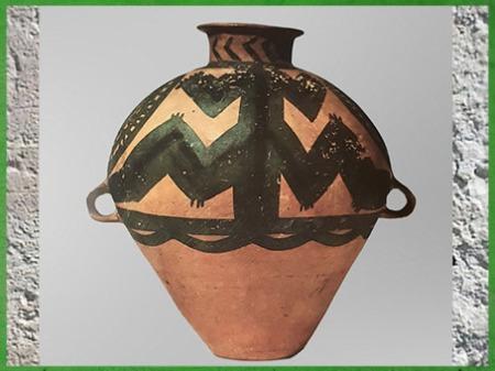 D'après une jarre, terre cuite peinte, motif de batracien, culture de Majiayao, phase de Machang, 2000-1500 avjc, néolithique, Chine ancienne. (Marsailly/Blogostelle)