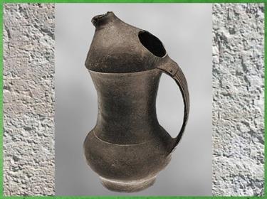D'après un pichet, céramique noire lustrée, culture de Longshan, forme prototype des récipients en métal, 2400- 2000 avjc, Shandong, néolithique, Chine ancienne. (Marsailly/Blogostelle)