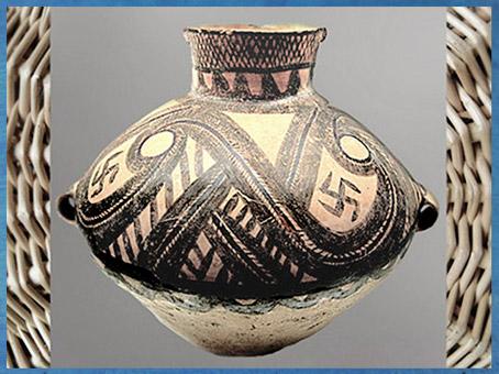 D'après une céramique peinte, motifs spirales et svastika, culture Majiayao, Gansu, vers 2600-2300 avjc, néolithique, Chine ancienne. (Marsailly/Blogostelle)