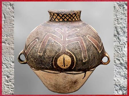 D'après une jarre, personnage stylisé, céramique peinte, vers 2300 avjc, culture de Majiayao, période Machang, néolithique, Chine ancienne. (Marsailly/Blogostelle)