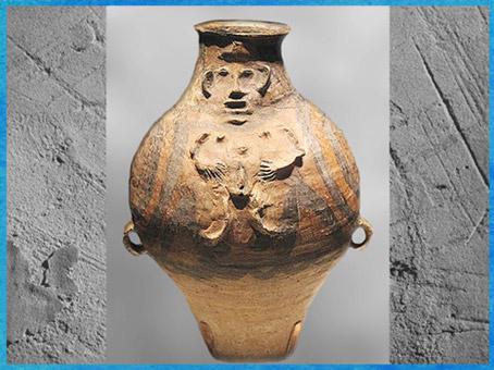 D'après une jarre, figure humaine en relief, terre cuite peinte, culture de Majiayao, période Machang, 2400-2000 avjc,, néolithique, Chine ancienne. (Marsailly/Blogostelle)