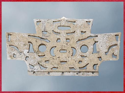 D'après un peigne, sculpture sur jade, 3200-2200 avjc, culture de Liangzhu, fin néolithique, Chine ancienne. (Marsailly/Blogostelle)