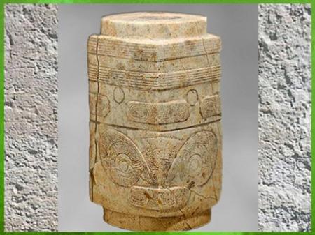 D'après une perle de forme cong, jade blanc sculpté, motif mufle-taotie, 3200-2200 avjc, culture de Liangzhu, fin néolithique, Chine ancienne. (Marsailly/Blogostelle)