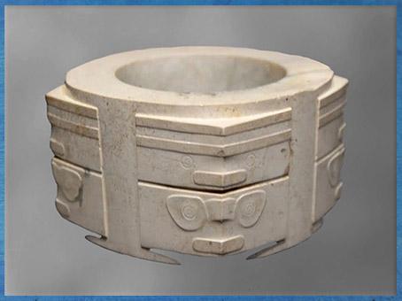 D'après un cylindre sculpté, motif mufle-taotie, jade blanc, 3200-2200 avjc, culture de Liangzhu, fin néolithique, Chine ancienne. (Marsailly/Blogostelle)