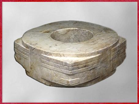 D'après un cylindre Cong, alliance du cercle et du carré, jade blanc, mufle-taotie stylisé, vers 2500 avjc, culture de Liangzhu, fin néolithique, Chine ancienne. (Marsailly/Blogostelle)