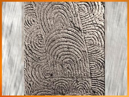 D'après des motifs de méandres, dolmen de Gavrinis, 3500 ans avjc, Morbihan, Bretagne, France, IVe millénaire avjc, néolithique. (Marsailly/Blogostelle)