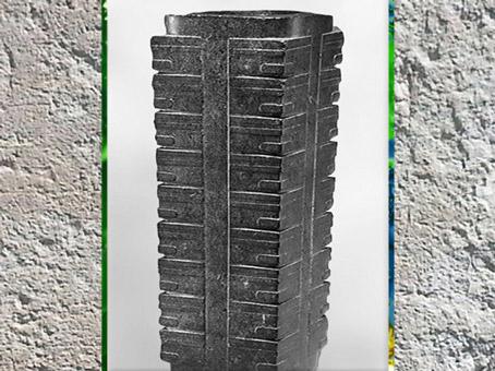 D'après un cylindre Cong, jade noir, à étages multiples, 3300-2000 avjc, culture de Liangzhu, fin néolithique, Chine ancienne. (Marsailly/Blogostelle)