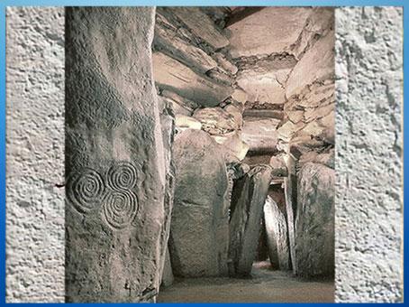 D'après le tumulus de Newgrange, domaine à couloirs et dalles mégalithiques, vers 3200 avjc, Irlande, IVe millénaire avjc, néolithique. (Marsailly/Blogostelle)