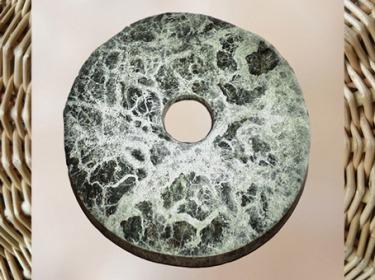 D'après un disque bi, jade vert à veines blanches, culture de Liangzhu, 3200-2200 avjc, site de Yuhang, Zhejiang, fin néolithique, Chine ancienne. (Marsailly/Blogostelle)