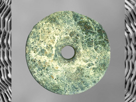 D'après un disque bi, jade vert veiné, culture de Liangzhu, 3200-2200 avjc, site de Yuhang, Zhejiang, fin néolithique, Chine ancienne. (Marsailly/Blogostelle)