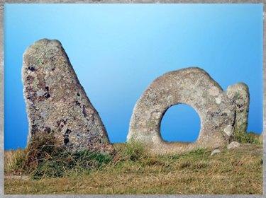 D'après le dolmen dit Men-an-Tol, Cornouailles, Cornwall, Royaume-Uni, mégalithes, néolithique. (Marsailly/Blogostelle)