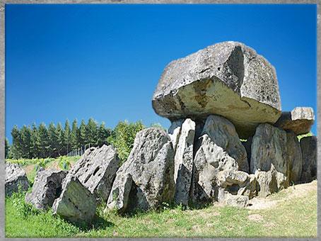 D'après un dolmen, allée couverte, Pierre-Folle de Montguyon, Charente-Maritime, France, mégalithes, néolithique. (Marsailly/Blogostelle)