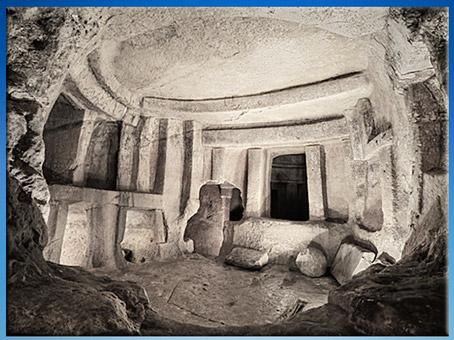 D'après l'hypogée de Hal Saflieni, creusée dans la roche, chambres funéraires, IVe- IIIe millénaire avjc, Malte, néolithique. (Marsailly/Blogostelle)