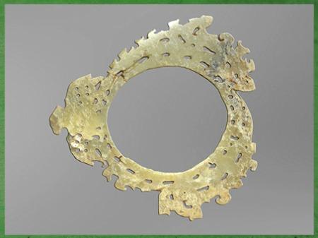 D'après un disque de jade ouvragé, vers 2000 - 1600 avjc, culture de Longshan, néolithique, Chine ancienne. (Marsailly/Blogostelle)