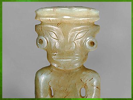 D'après une figurine en jade, amulette, culture de Longshan, vers 2500 -1700 avjc, néolithique, Chine ancienne. (Marsailly/Blogostelle)