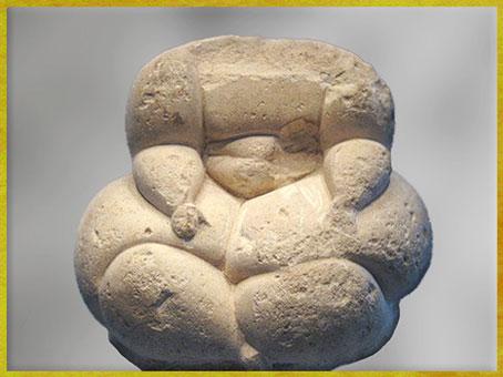 D'après une statue féminine, sculpture en pierre, possible déesse-mère, IVe- IIIe, millénaire avjc, Malte, néolithique. (Marsailly/Blogostelle)