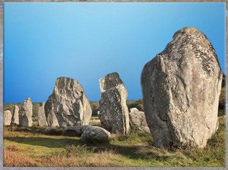 D'après des alignements de menhirs, Carnac, mégalithes, Bretagne, France, néolithique. (Marsailly/Blogostelle)