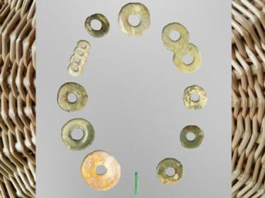 D'après des disques bi et perles, jade, cultures de Dawenkou, de Longshan et de Liangzhu, Shandong, néolithique, Chine ancienne. (Marsailly/Blogostelle)