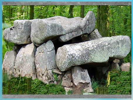 D'après un dolmen à couloirs, mégalithes, Roch-Feutet, Carnac, Bretagne, France, néolithique. (Marsailly/Blogostelle)