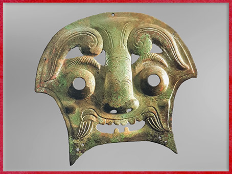 D'après un masque-taotie, bronze, Xe-IXe siècle avjc, Zhou Occidentaux, pièce de harnachement propitiatoire, tombes à char, Chine ancienne. (Marsailly/Blogostelle)