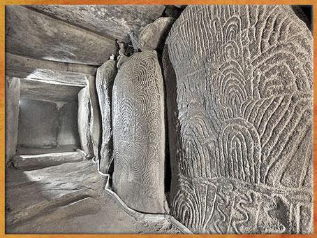 D'après le dolmen de Gavrinis, couloirs et dalles orthostates , vers 3500 ans avjc, Morbihan, Bretagne, France, IVe millénaire avjc, néolithique. (Marsailly/Blogostelle)