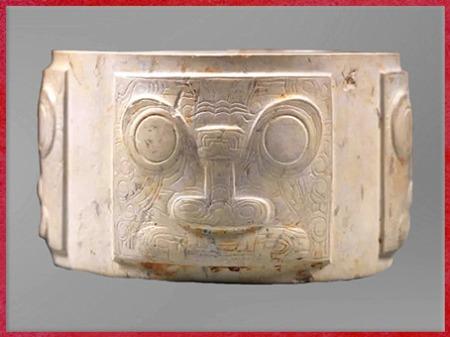 D'après un cylindre, extérieur quadrangulaire, motif mufle-taotie, jade blanc, 3200-2200 avjc, culture de Liangzhu, fin néolithique, Chine ancienne. (Marsailly/Blogostelle)