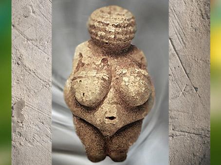 D'après la Vénus de Willendorf, nue et parée, gravettien, Autriche, paléolithique. (Marsailly/Blogostelle)