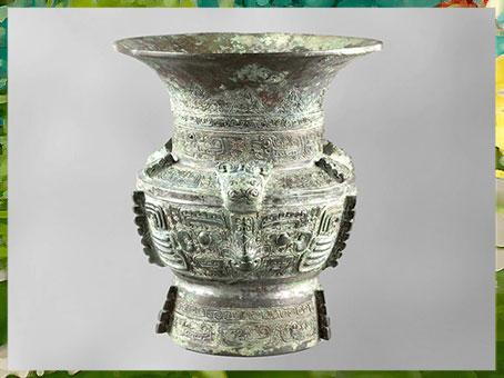 D'après un vase zun, bronze rituel, motif glouton-taotie, 1300 -1050, dynastie Shang, âge du Bronze, Chine ancienne. (Marsailly/Blogostelle)