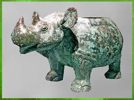 D'après un bronze rituel zoomorphe, rhinocéros, vase zun à vin, XIIe-XIe siècle avjc, dynastie Shang, âge du Bronze, Chine ancienne. (Marsailly/Blogostelle)
