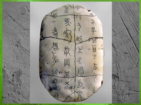 D'après des inscriptions oraculaire, plastron de tortue, dynastie Shang, âge du Bronze, Chine ancienne. (Marsailly/Blogostelle)