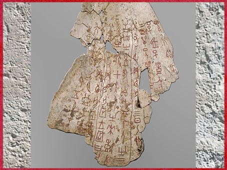 D'après un os oraculaire, inscriptions divinatoires, règne du roi Wu Ding, 1200 avjc, dynastie Shang, âge du Bronze, Chine ancienne. (Marsailly/Blogostelle)