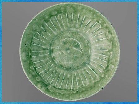 D'après une coupe, céramique céladon, grès et glaçure, décor moulé, motif poissons Yin-Yang, 1200 -1400, Vietnam, influence et technique chinoise. (Marsailly/Blogostelle)