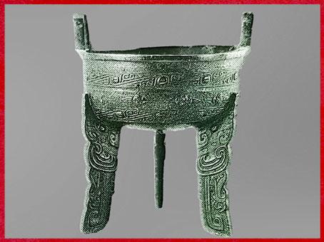 D'après un chaudron ding à nourriture, bronze, 3 caractères, XIVe-XIe siècle avjc, dynastie des Shang, Chine ancienne. (Marsailly/Blogostelle)