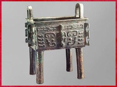 D'après un vase fangding à nourriture, ding carré, bronze, XIe-Xe siècle avjc, Zhou occidentaux, âge du Bronze, Chine ancienne. (Marsailly/Blogostelle)