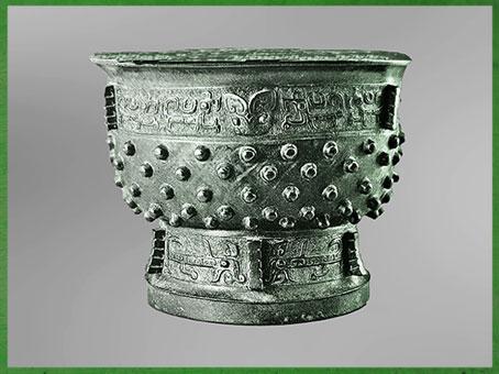 D'après un vase ding gui pour la nourriture, bronze rituel, motif taotie, fin dynastie Shang, XIVe-XIe siècle avjc, âge du Bronze, Chine ancienne. (Marsailly/Blogostelle)