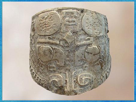 D'après une face de taotie, ivoire sculpté, dynastie Shang, XIIe - XIe siècle avjc, âge du Bronze, Chine ancienne. (Marsailly/Blogostelle)