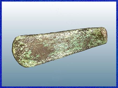 D'après une hache en cuivre naviforme, IIIe millénaire avjc, chalcolitique, âge du cuivre. (Marsailly/Blogostelle)