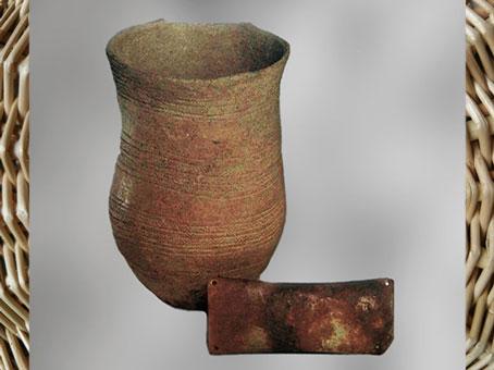 D'après un vase en terre cuite et brassard d'archer, culture campaniforme, vers 2200 -1200 avjc, Ede-Ginkelse-Heide, Pays-Bas, âge du Bronze. (Marsailly/Blogostelle)